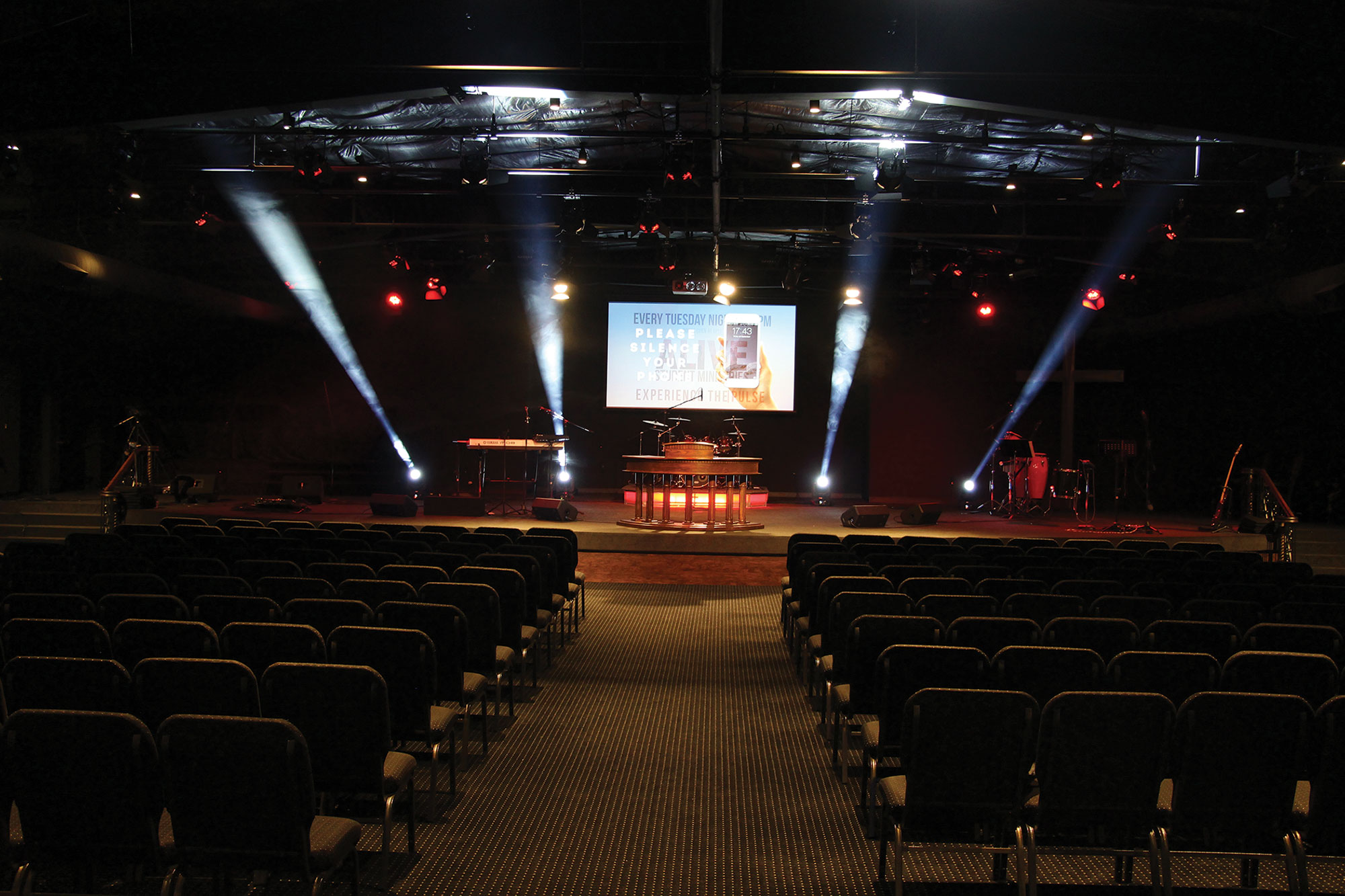 The lighting system provides many options, which does not create hotspots or unwanted shadows on the stage.