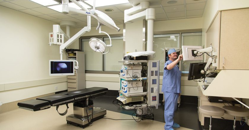 Operating room at Southwest Surgical features an operating table and boom-mounted display on the left, electronic instruments in the center and the nurse's station at the right.